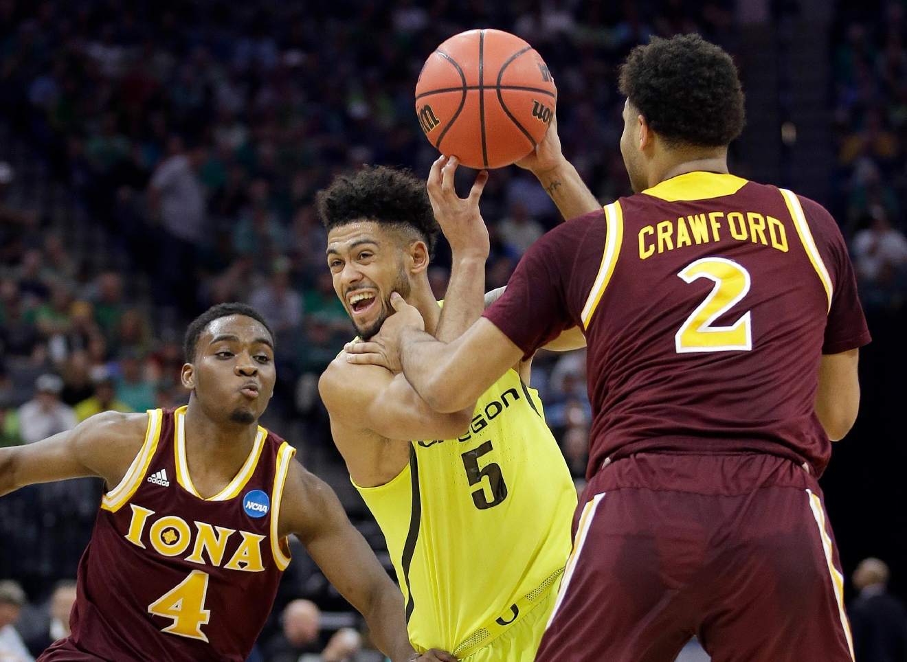 Oregon's Tyler Dorsey, center, drives between Iona's Schadrac Casimir, left, and E.J. Crawford, during the first half of a first-round game in the men's NCAA college basketball tournament Sacramento, Calif. Friday, March 17, 2017. (AP Photo/Rich Pedroncelli)