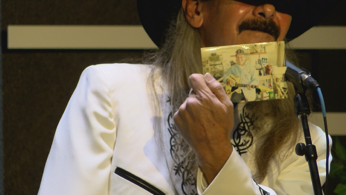 Bass player Robert King shows a picture of Billy Mize to the crowd at the Bakersfield Music Hall of Fame induction ceremony on January 27, 207 (KBAK/KBFX)