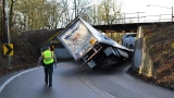 Walmart truck gets stuck under overpass in Oregon