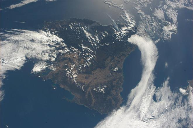 Tasmania, Australia.  A beautiful island with a lot of green (Photo & Caption courtesy Koichi Wakata (@Astro_Wakata) and NASA)